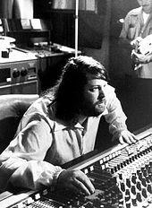 Brian Wilson dietro alla console in studio di registrazione.