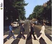 Copertina di Abbey Road. I Beatles attraversano delle strisce pedonali.