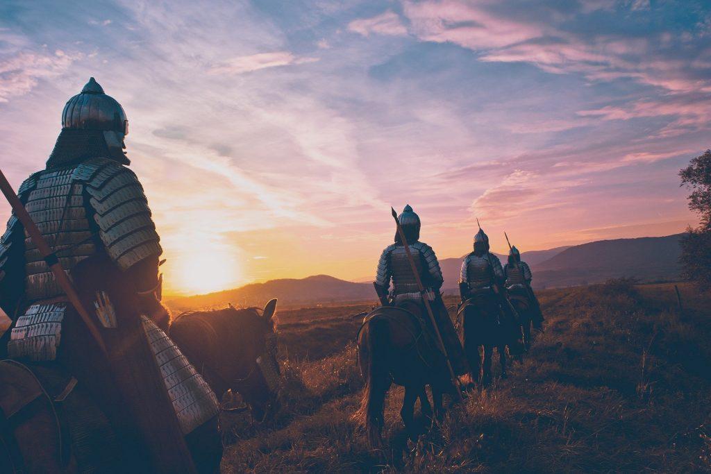 Immagine di quattro cavalieri a cavallo.