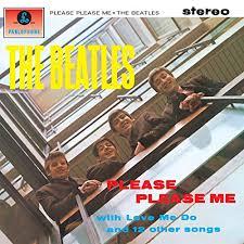 Copertina dell'album Please Please Me dei Beatles. I beatles guardano sorridenti verso la fotocamera da un balcone.