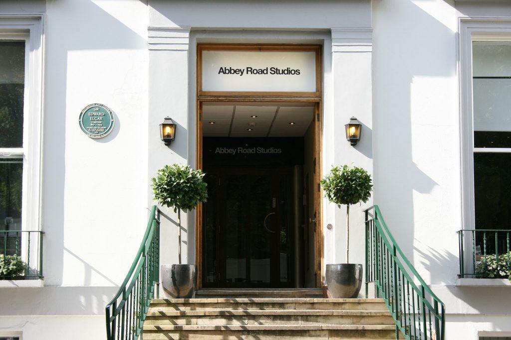 foto della porta degli studi di registrazione di Abbey Road