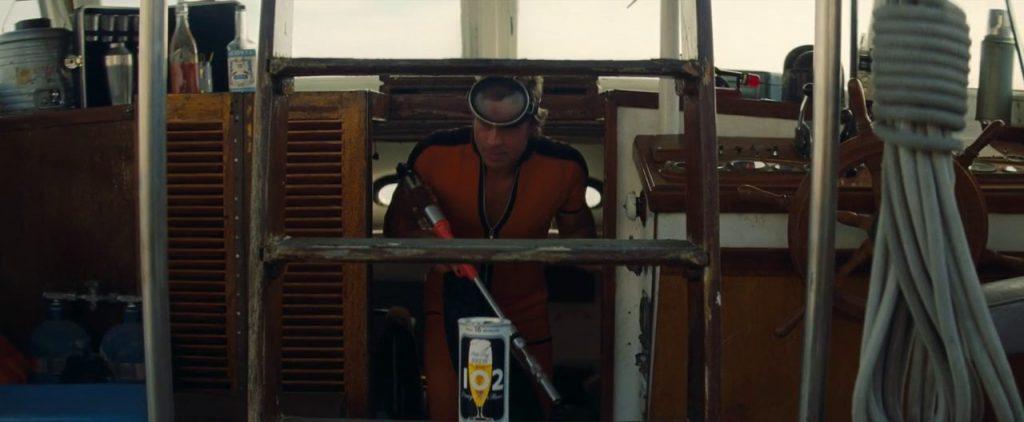 Cliff (interpretato da Brad Pitt) emerge dalla stiva della barca.