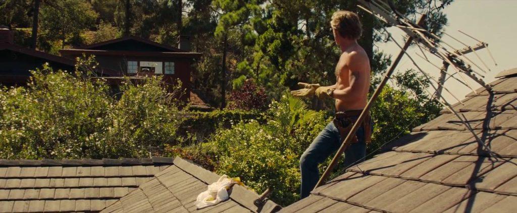 Cliff (interpretato da Brad Pitt) è sul tetto della casa i di Rick . Alla sua altezza è ben visibile la casa di Sharon Tate (interpretata da Margot Robbie).