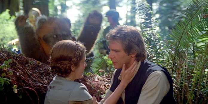 Leila, Han Solo e un Ewok.
