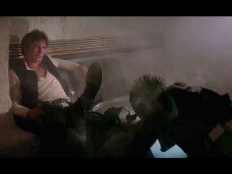 Han solo ha appena esploso un colpo da sotto il tavolo. Davanti a lui Greedo accasciato sul tavolo.