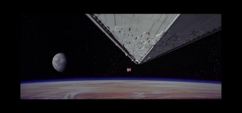 Prima scena di Star Wars IV. L'enorme incorciatore dell'Impero Galattico insegue una navicella della Resistenza.