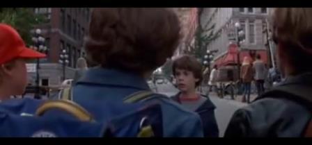 Bastian viene minacciato da tre ragazzi che gli sbarrano la strada.