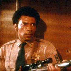 Ethan Bishop tiene in mano un fucile